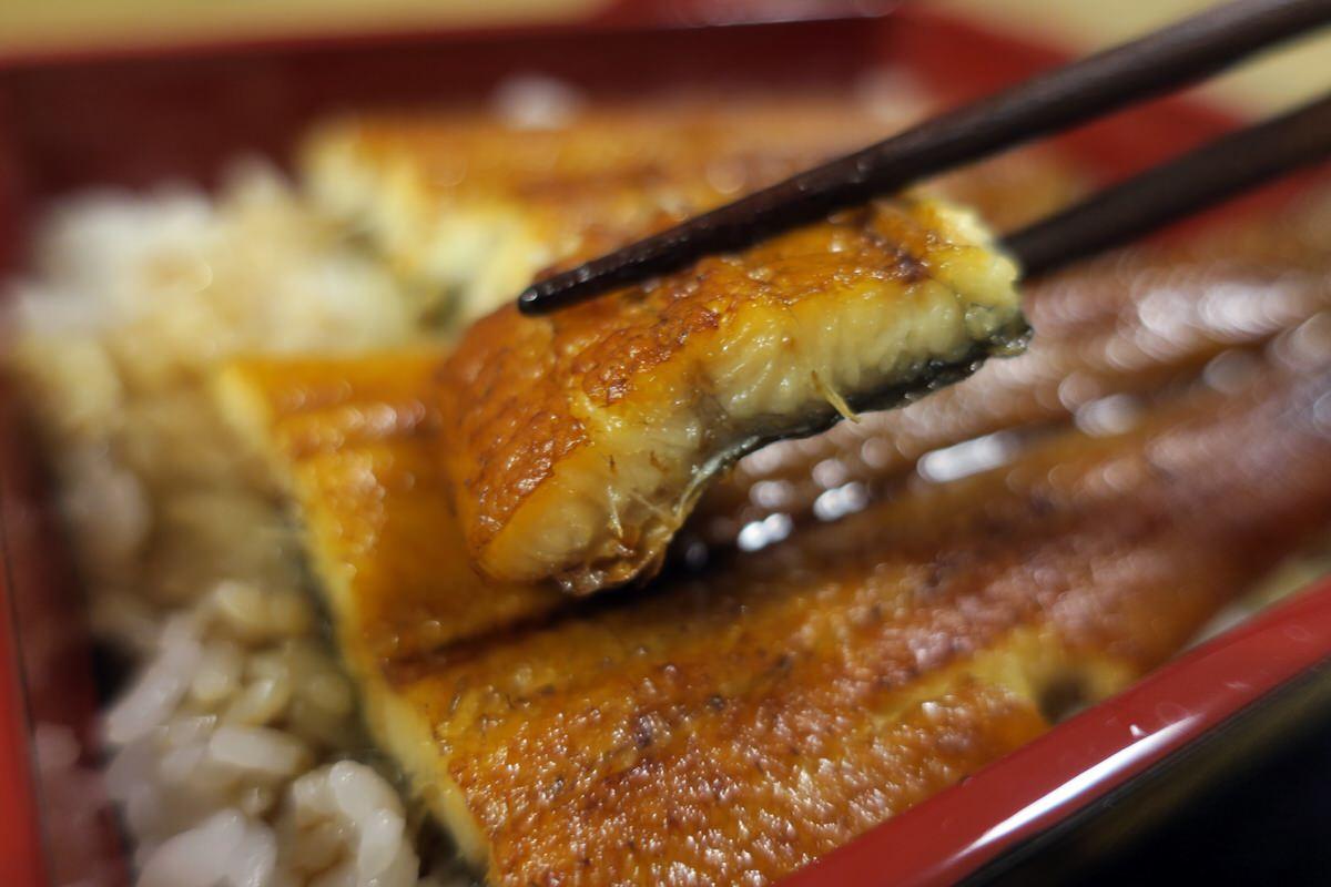 関西風うなぎの蒲焼きを食べる
