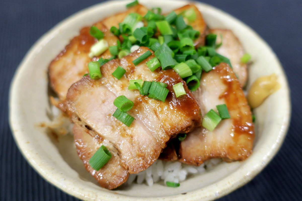 米久の豚肉の味噌煮込みで味噌豚丼を作る