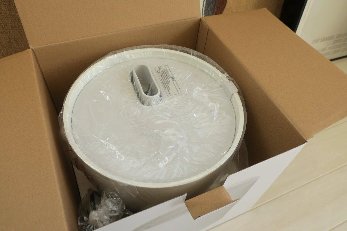 プラスマイナスゼロのスチーム式加湿器を箱から出す
