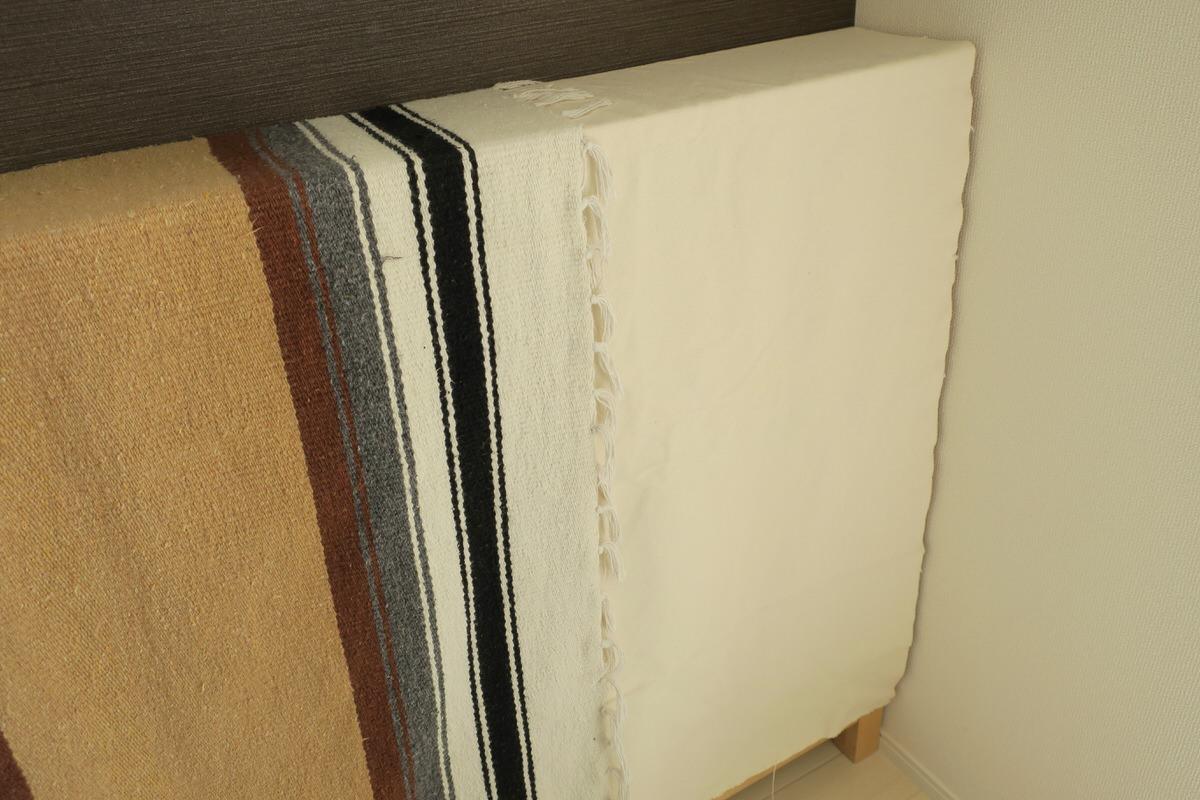 本棚のほこり対策に布を使う
