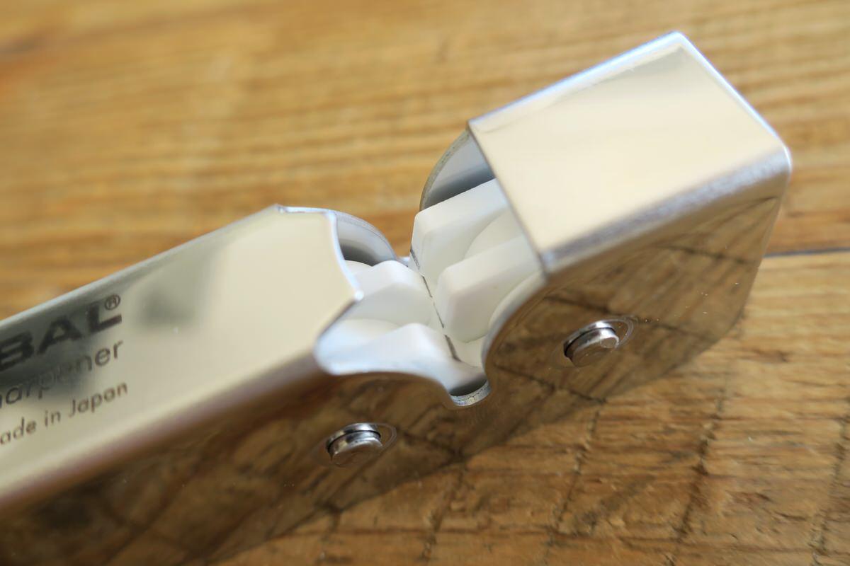 グローバルのスピードシャープナーで包丁の刃を研ぐ