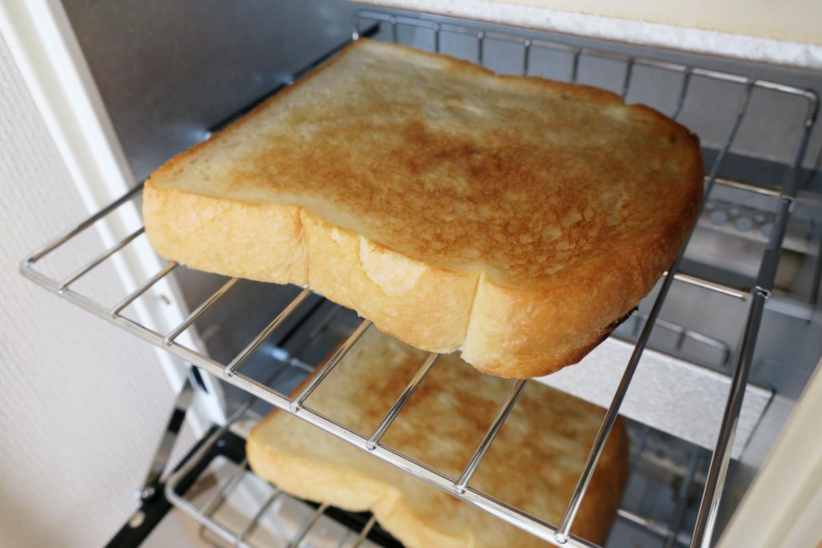 無印良品のオーブントースター縦型で2枚のパンを焼く