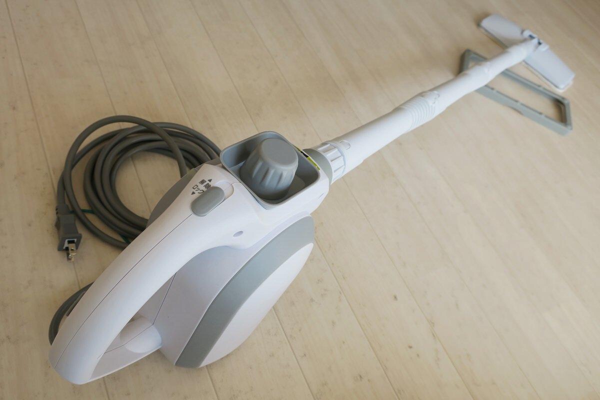 スチームクリーナー(STP-102)で床掃除する