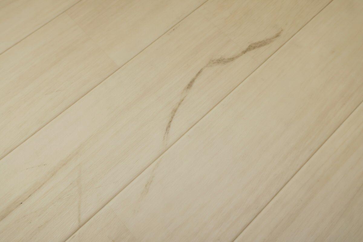 床掃除で汚れを落とす